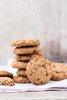 Biscuits à l'avoine au chocolat sur bois.