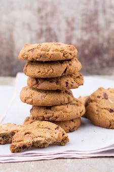 Biscuits à l'avoine au chocolat sur le fond en bois