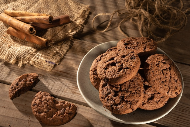 Biscuits à l'avoine et bâtons de cannelle sur la table