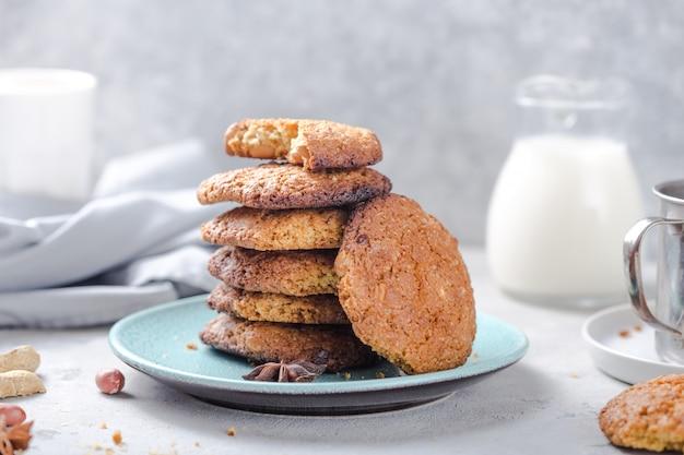 Biscuits à l'avoine bio faits maison avec des arachides et un pot de lait