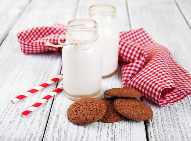 Biscuits à l'avoine et des bouteilles de lait