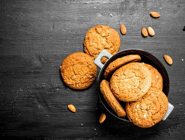 Biscuits à l'avoine dans un bol avec des amandes.
