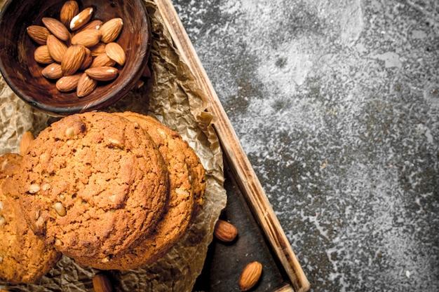Biscuits à l'avoine dans un bol avec des noix. sur un fond rustique.