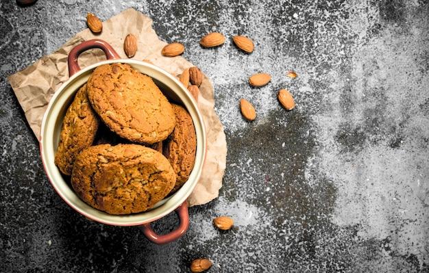 Biscuits à l'avoine dans un bol avec des noix.