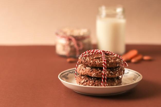 Biscuits à l'avoine avec du lait sur fond rouge. concept de collation des aliments sains.