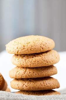 Biscuits à l'avoine faibles en calories sur la table