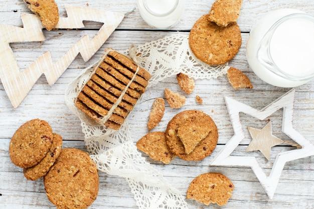 Biscuits à l'avoine faits maison avec des décorations de noël