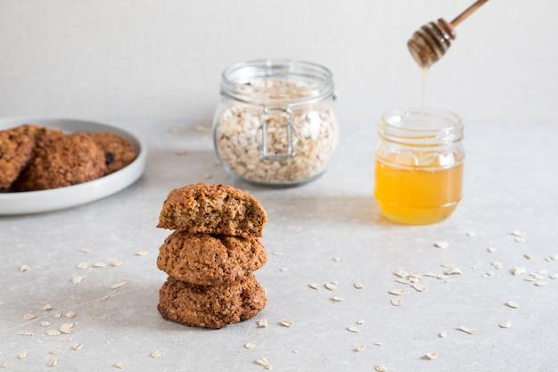 Biscuits à l'avoine faits maison avec du miel. concept de collation d'aliments sains.
