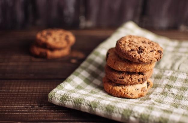 Biscuits d'avoine faits maison sur fond gris ou brun foncé, collation santé, espace copie