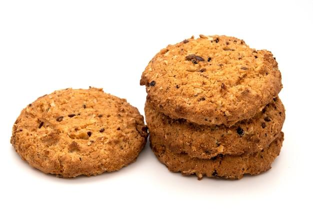 Biscuits à l'avoine faits maison isolés sur blanc