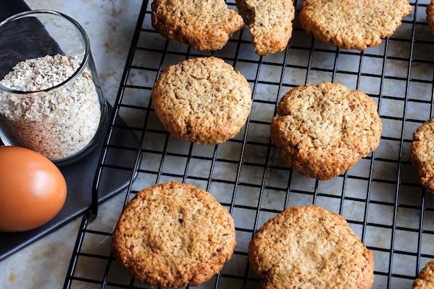 Biscuits à l'avoine faits maison sans gluten, avoine, oeuf sur une grille de refroidissement. mise au point sélective. photo tonique
