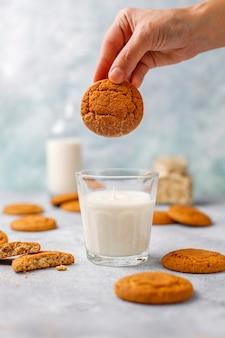 Biscuits à l'avoine faits maison avec une tasse de lait.