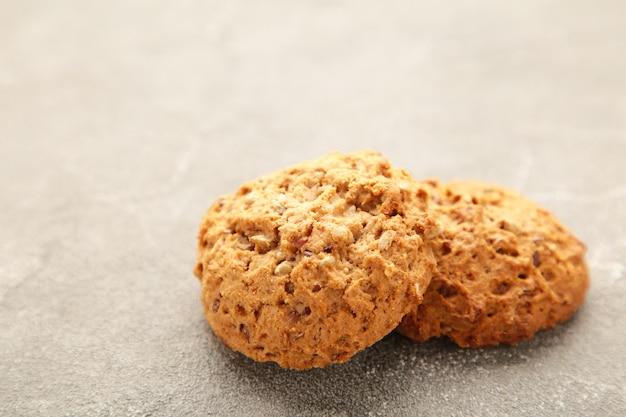 Biscuits d'avoine sur fond gris.