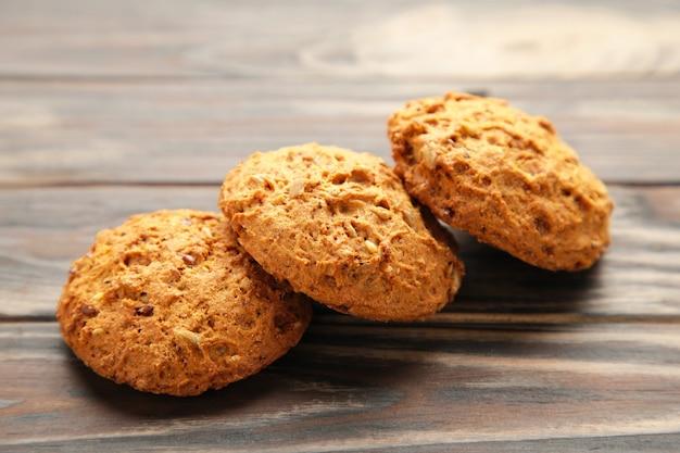 Biscuits à l'avoine sur fond marron.