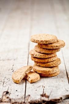 Biscuits à l'avoine fraîche sur une table en bois rustique
