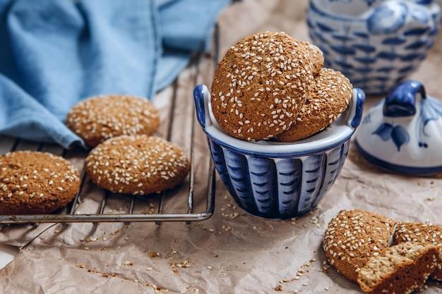 Biscuits à l'avoine avec graines de sésame. biscuits aux chips d'avoine tourné en gros plan