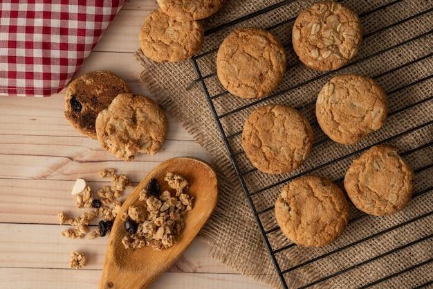 Biscuits à l'avoine sur une grille