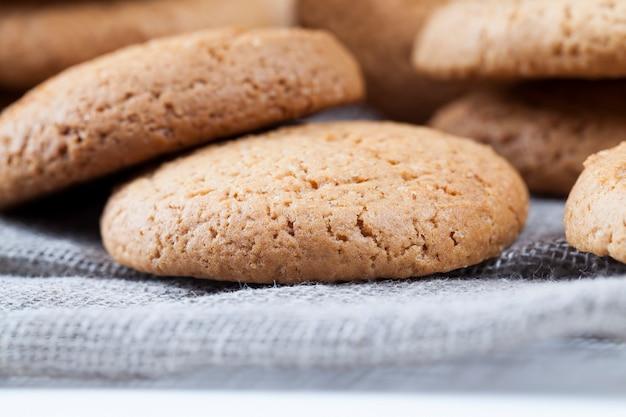 Biscuits à l'avoine hypocaloriques, biscuits cuits avec de la farine d'avoine et de blé, biscuits secs et croquants non sucrés avec du sucre ajouté