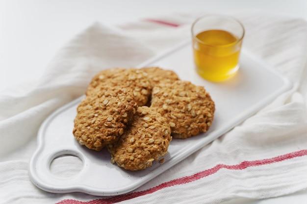 Biscuits à l'avoine, miel et chocolat sur fond blanc. style rustique.