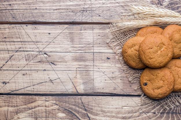 Biscuits à l'avoine naturels sur fond en bois