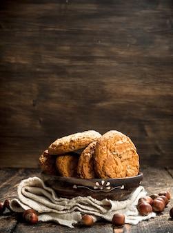 Biscuits à l'avoine avec des noix. sur un fond en bois.