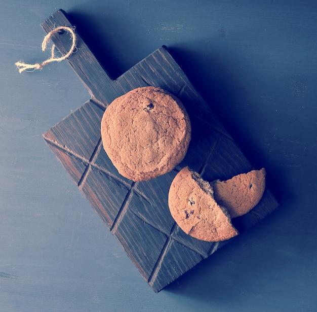 Biscuits à l'avoine sur une planche en bois rustique