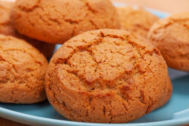 Biscuits à l'avoine sur une plaque bleue. fermer