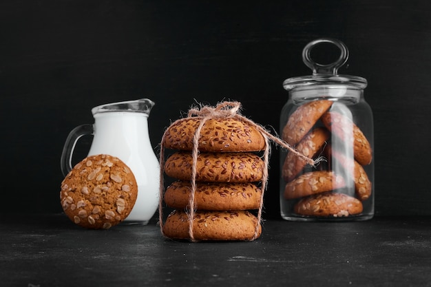 Biscuits à l'avoine avec un pot de lait.