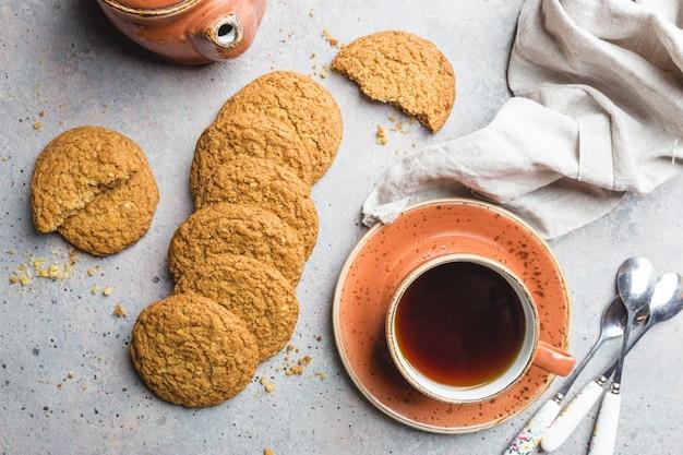 Biscuits à l'avoine sains sans gluten sur pierre grise