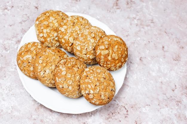 Biscuits à l'avoine de style américain sur fond de béton clair.