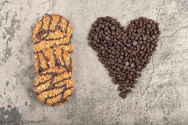 Biscuits à l'avoine sucrés et déposer le chocolat placé sur une table en pierre.