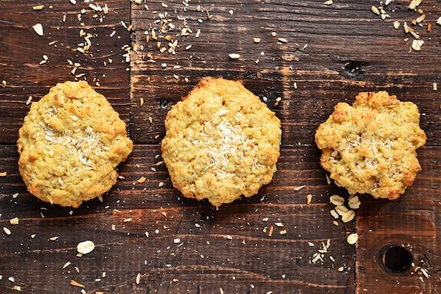 Biscuits à l'avoine sur une table en bois
