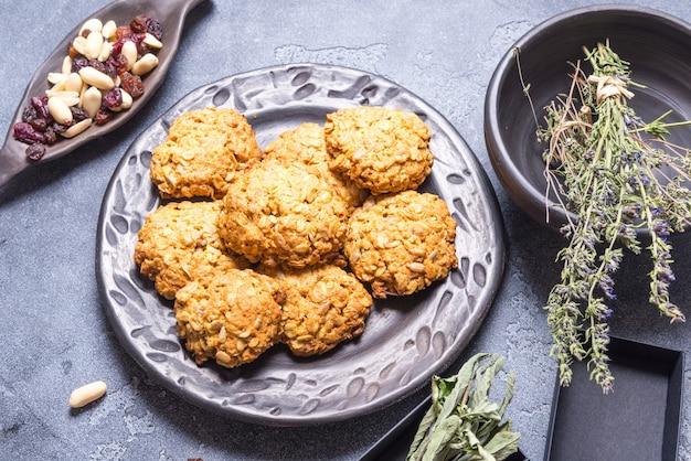 Biscuits à l'avoine vegan dans une assiette en céramique noire