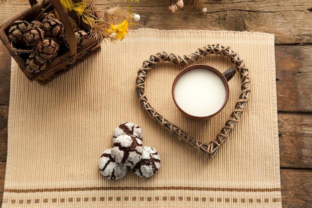 Biscuits bio faits maison avec du cacao et du chocolat, biscuit de grand-mère préféré avec une tasse de lait.