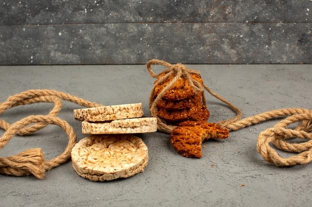 Biscuits et biscuits délicieux délicieux brun sur fond clair