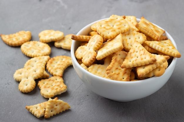 Biscuits biscuits salés secs sur pierre grise
