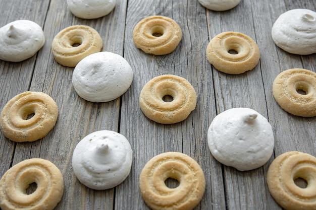 Biscuits et bizet de pain d'épice fraîchement cuits sur un plan rapproché de table en bois