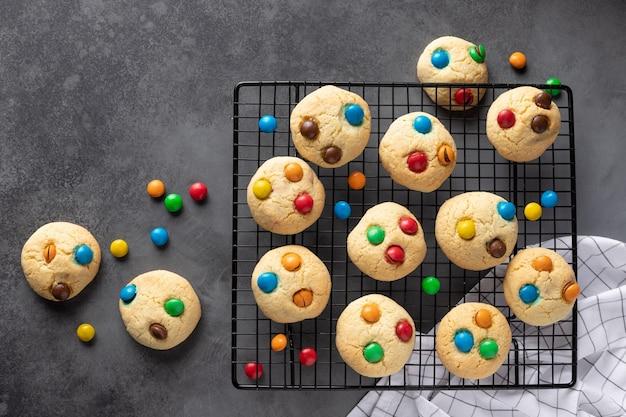 Biscuits avec des bonbons colorés sur une plaque à pâtisserie