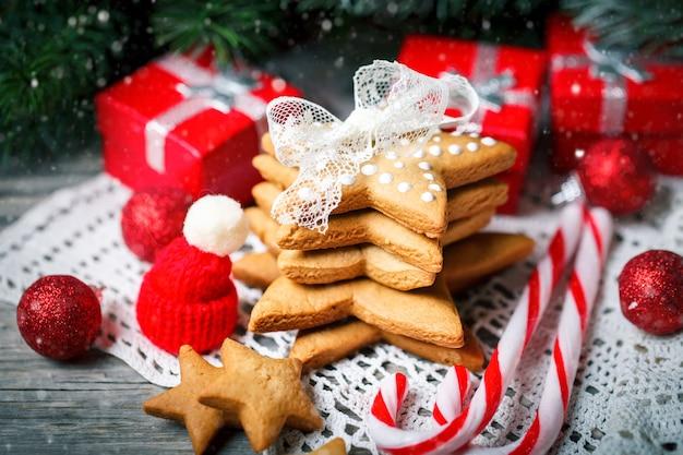 Biscuits cadeaux et des branches de sapin sur une table en bois.