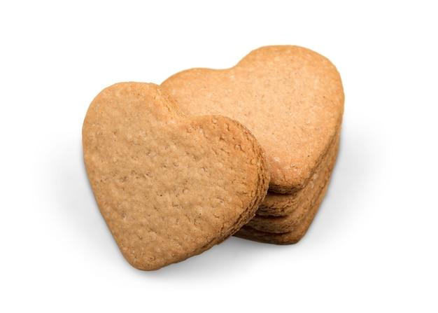 Biscuits à la cannelle en forme de coeur sur fond