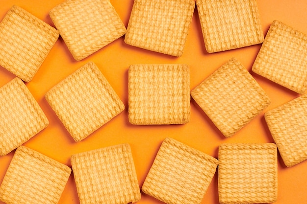 Biscuits carrés, fond orange