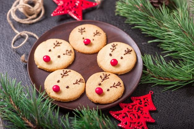 Biscuits de cerf faits maison décorés de chocolat et de bonbons rouges