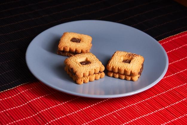 Biscuits chauds au gingembre faits maison garnis de chocolat