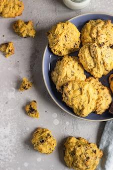 Biscuits à la citrouille fraîchement cuits au four avec flocons d'avoine et pépites de chocolat. collation saine pour le petit déjeuner.