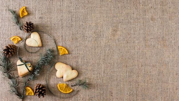 Biscuits de coeur avec des branches