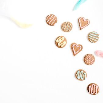 Biscuits colorés faits à la main sur blanc