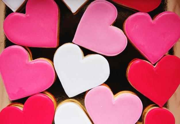 Biscuits colorés en forme d'amour décoratif frappés valentine