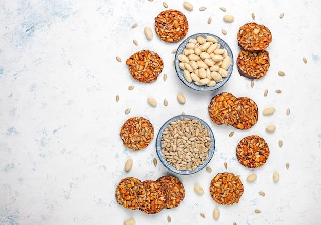 Biscuits confits aux noix sans gluten avec des graines de chocolat, d'arachide et de tournesol, vue de dessus
