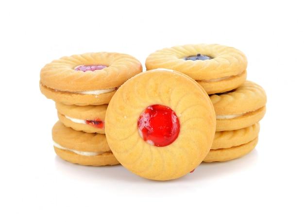Biscuits à la confiture de fruits isolé sur blanc