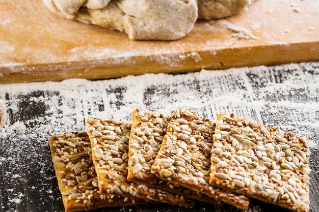 Biscuits croustillants à base de farine de blé entier avec graines de lin et de tournesol